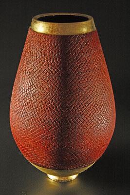 """Vase """"Phönix III"""" -  Zucker-Ahorn / h = 24,5 cm / Ǿ = 14,5 cm / texturiert, Spiritusbeize / Blattgold 24 Karat / Preis 720,00 €"""