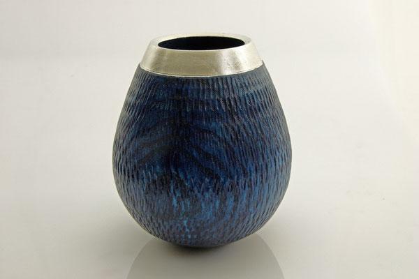 """Vase """"Thetis"""" - Esche, h = 16 cm / Ǿ = 13 cm texturiert, Beize in unterschiedlicher Blautönung, Schellac k, Randverzierung = Palladium / Preis: 350,00 €"""