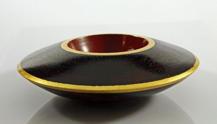 """Deko-Schale """"élégance"""" -  Meranti / h = 5,5 cm / Ǿ = 17 cm / Oberfläche: Urushi Lack Kamakura-Rot (5 Schichten) + Urushi Lack Schwarz (2 Schichten) - Blattgold 24 Karat / Preis:  900,00 €"""