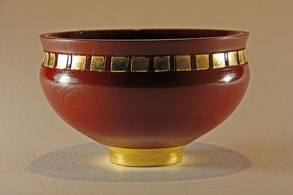 """Schale  """"étude 1"""" - Wildkirsche  / h = 8 cm / Ǿ = 13,5 cm / Oberfläche:  - Gessoauftrag - Urushi rot - Zierleiste und Sockel: Blattgold 24 Karat / Preis: 520,00 €"""