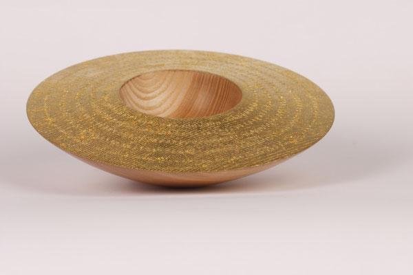 Schale: Esche, 19 x 4,5 cm, Oberfläche texturiert und vergoldet (Blattgold 22 Karat)