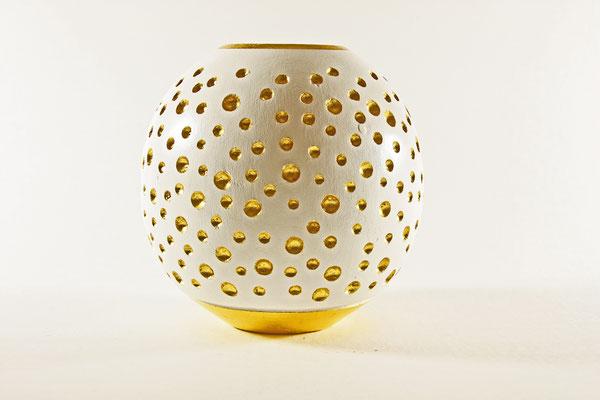 """Kugelvase """"Danaë – und der goldene Regen"""" - Zuckerahorn / h + Ǿ = 13 cm Vasenöffnung - Ǿ = 5,5 cm / Wandstärke = 5 mm ( Oberfläche: Gesso weiß, Regentropfen:     Blattgold (24 Karat (Turmgold Drei Kronengold) / Preis: 1.000,00 €"""