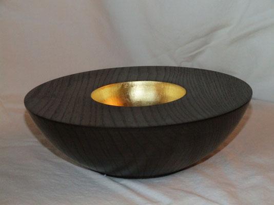 Schale: Rüster (Ulme), 20 x 7 cm, schwarz lackiert, Einlassungen: Blattgold 24 Karat / (unverkäuflich)