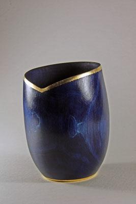 "Vase ""Aleschu"": Zuckerahorn / h = 15,5 cm,  Ǿ = 10,5 cm,  Wandstärke = 1,5 mm / Beize (royal blue) / Rotgold 23 Karat"