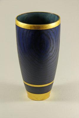 """Edel-Vase """"Harmonie"""" - Zuckerahorn / h = 22 cm / Ǿ Vasenkopf = 11 cm / Ǿ Vasenfuß = 6 cm Wandstärke = 3 mm / Oberfläche: Chestnut Spirit Stain royal blue / Zierbänder: Blattgold 24 Karat / Preis: 600,00 €"""