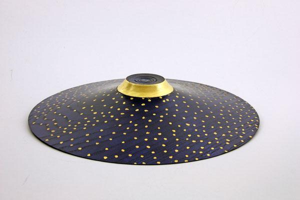 """Schale """"Königin der Nacht"""": Esche / h = 5,5 cm / Ǿ = 37 cm Farben: Beize royal blue und blue / Schellack / Blattgold 24 Karat / Preis: 1.000,00 €"""