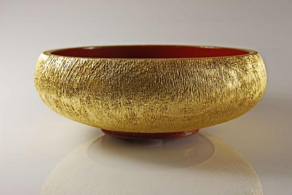 "Deko-Schale ""Goldrausch"": Buche /  h = 6,5 cm / Ǿ = 18,5 cm / Lack Urushi Kamakura-Rot / Blattgold 24 Karat / Preis: 1.200,00 €"