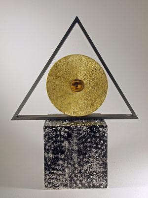 """Skulptur """"ENIGMA"""" – Kreis, Dreieck und Quadrat - Zuckerahorn, Buche, Eiche / Kreis: Blattgold (Turmgold Drei Kronengold) 24 Karat und Zentrum = Tiegerauge / Preis: unverkäuflich"""