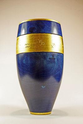 "Edel-Vase ""Zodiak"": Birke / h: 24 cm / Ǿ = 10,5 cm (oberer Rand), 12.5 cm (Vasenmitte) und 5 cm (Fuß) / Beize (royal blue) / Blattgold 24 Karat"