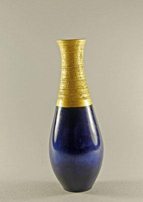 """Edel-Vase """"Anima"""" - Korkenzieherweide / h = 21 cm / DM (Bauch) = 7,5 cm / DM (Hals) = 3 cm / Wandstärke = 3 mm / Beize: Chestnut Spirit Stain """"royal blue"""" / Blattgold 24 Karat / Preis: 600,00 €"""