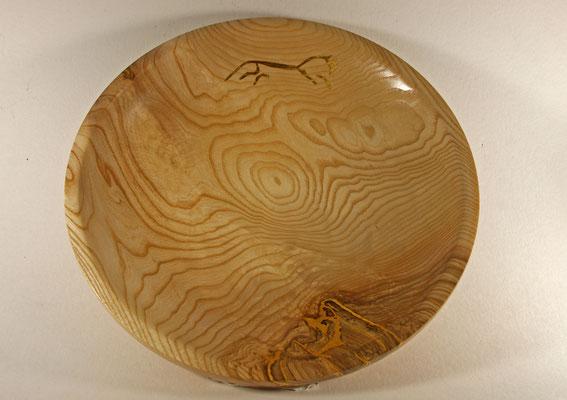 """Teller """"EPONA"""" - Esche / h = 11 cm  / Ǿ = 44 cm  / Oberfläche:  - Trocknungsrisse in Kintsugi-Art und Pferdesymbol mit reinem Blattgold (24 Karat) belegt / Fläche dann mit Washin Paint Aqueous Crafts Lack Urushi, transparent, eingelassen"""