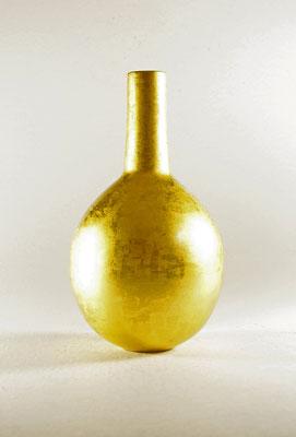 "Kugelvase ""Ballon d'or – Goldene Kugel"" - Birke / h = 21 cm / Ǿ Kugel = 11,5 cm / Vasenöffnung - Ǿ = 3 cm Vasenhals = 7,5 cm / Oberfläche: Komplett mit Blattgold (Turmgold Dreikronengold) 24 Karat belegt / Preis: 1.200,00 €"