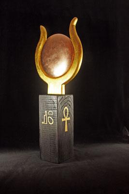 """Skulptur """"ISIS"""" - Sockel: Eiche = h: 31 cm, B: 12 cm / Aufsatz = Durchmesser 28 cm, h = 35 cm / Scheibe: reines Blattkupfer / Symbole und """"Gehörn"""" = Blattgold 24 Karat / Preis: 2.700 €"""
