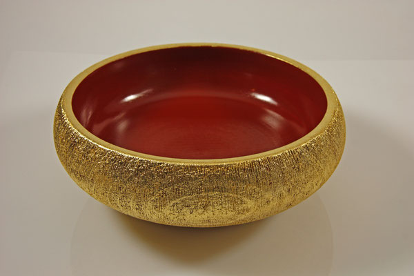 """Schale """"Goldrausch"""" - Buche / h = 6,5 cm / Ǿ = 18,5 cm / Oberfläche: - Urushi Kamakura-Rot - Außenseite gebürstet - Goldauflage (Blattgold 24 Karat) / Preis: 900,00 €"""