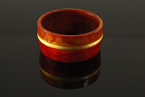 Armreif = Esche / mehrere Beizschichten unterschiedlicher Farben / Blattgoldauflage 24 Karat / Finish mit Acryllack / Preis: 120,00 €