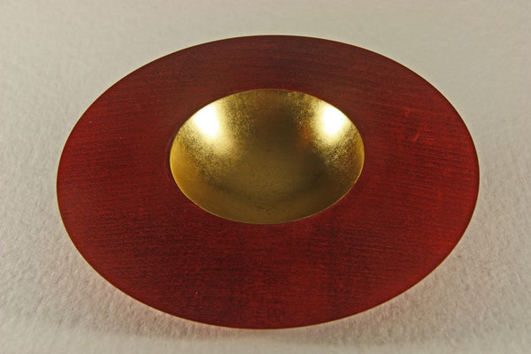 """Edel-Schale """"Athene"""" - Zuckerahorn /  h = 4 cm / Ǿ = 18,5 cm / Ǿ Mulde = 8,5 cm Oberfläche: gebeizt mit Chetnut Spirit stain red / Mulde: Blattgold 24 Karat / Preis: 550,00 €"""