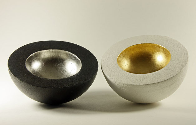 """Skulptur """"Eros und Psyche"""" – Halbkugeln (Schalen) / Holz: Erle  Maße: Ǿ = 20 cm / Schalenrand = 4 cm Oberfläche - Gesso / Blattgold (Turmgold Drei Kronengold) 24 Karat und - Palladium (999,9 Feinheit / Preis: unverkäuflich"""