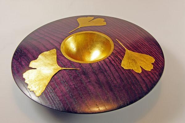"""Deko-Schale """"HARMONIE"""" - Esche / h = 6 cm / Ǿ = 23 cm / Oberfläche:  Spiritus-Beize """"Violett"""" - Blattgold 24 Karat / Ginkgo-Blätter vergoldet (24 Karat)"""