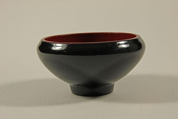 """Schale """"Eregansu"""" - Eiche  / h = 7 cm / Ǿ = 13,5 cm / Oberfläche innen = Washin-Urushi rot / außen = Washin-Urushi schwarz / Preis: 700,00 €"""