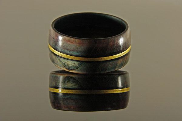 """Armreif """"Bangle"""""""" = Esche / mehrere Beizschichten unterschiedlicher Farben / Blattgoldauflage 24 Karat / Finish mit Acryllack / Preis: 120,00 €"""