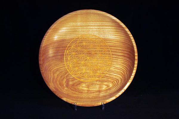 "Teller ""Blume des Lebens"": Esche / h = 6,5 cm / Ǿ Schale = 38 cm / Ǿ Ornament = 19 cm / Ornament: Metallglanzfarbe gold / Preis: 300,00 €"