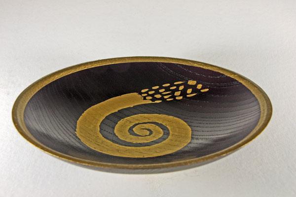 """Edel-Schale """"Galaxis"""" - Esche / h = 5,5 cm / Ǿ = 23 cm / Oberfläche: - Spiritusbeize Violett - Spirale = Blattgold 24 Karat - Zierbänder: Malergold 23,75 Karat Finish: Sprühlack Acryl klar"""