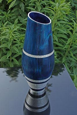 """Vase """"Luna"""": Birke, h = 33 cm / d = 12 cm / Wandstärke = 4 mm Zierbänder texturiert Oberfläche: Chestnut royal blue und blue / Schellack Satin und Klar / Blattsilber / unverkäuflich"""