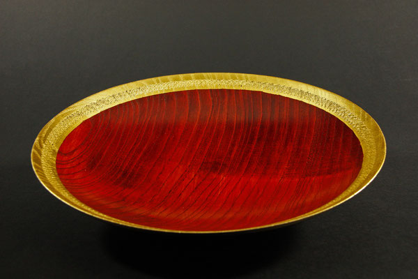 """Schale """"Phönix IV"""" - Esche / h = 6 cm, Ǿ = 27,5 cm / Rand: texturiert / Oberfläche:  - mehrere Spiritus-Beizen - Blattgold 24 Karat - Versiegelung: Acryl-Lack"""