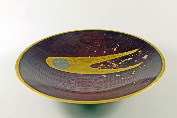 """Edel-Schale """"Komet"""" - Esche / h = 5,5 cm / Ǿ = 24 cm / Oberfläche: - Spiritusbeize, Mischung aus Violett. Rot und Weiß - Komet: - Kern = Palladium - Plasma- und Staubschweif = Blattgold 24 Karat - Kometenstaub = Reste Blattgold"""