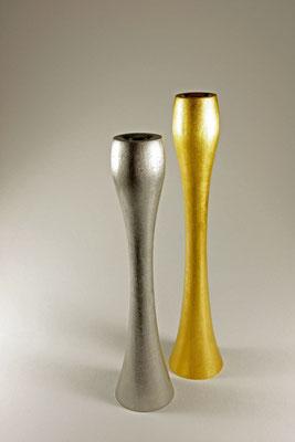 "Kerzenhalter-Paar ""JUL"" - Merantiholz / Maße: h = 32,5 cm / Ǿ Fuss = 6,5 cm / Oberfläche: Blattgold 24 Karat / h = 29 cm / Ǿ Fuss = 6,5 cm / Oberfläche: Palladium / unverkäuflich"
