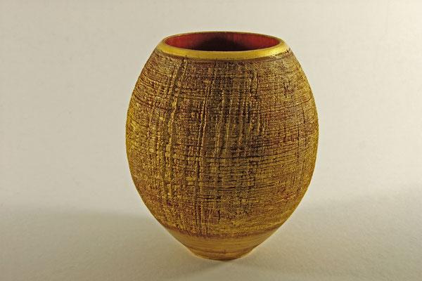 "Vase ""Phönix I"" - Birke / gebürstet / h = 17 cm / Ǿ = 13 cm / Wandstärke = 4 mm / Spiritusbeize: rot  / Blattgold: 24 Karat / Finish: Acryllack / Preis: 800,00 €"