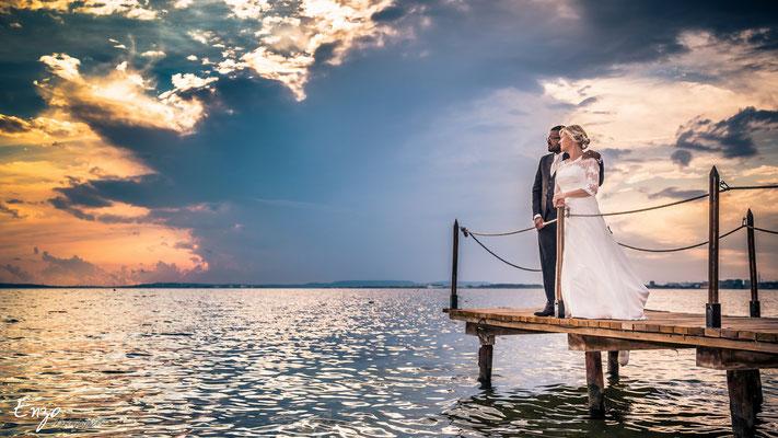 Jeunes mariés au bord de l'étang de berre