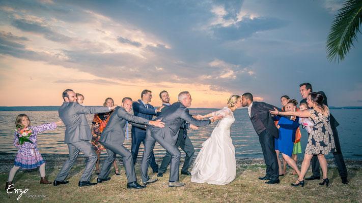 mariés qui s'ont empéchés par les invités de s'embrasser - idées photo mariage - aix en provence