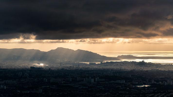 Marseille depuis le massif de l'étoile au coucher du soleil