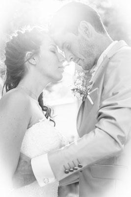 Contre jour, photo noir et blanc de jeunes mariés