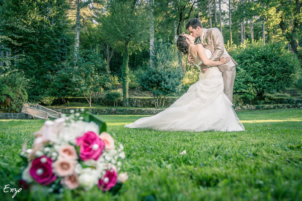 Photo originale de jeunes mariés avec un bouquet en premier plan
