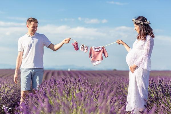 Corde à linge avec vêtement bébé lors d'une séance photo femme enceinte grossesse dans un champs de lavande à valensole