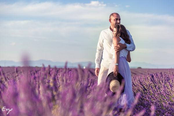 jeune couple qui s'aime dans un champs de lavande à valensole