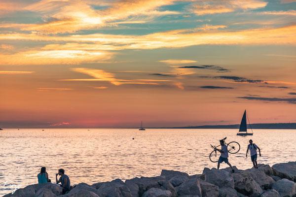 Cycliste au bord de mer à marseille