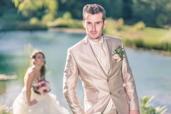 Jeune marié qui pose comme des mannequins