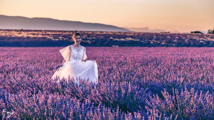 jeune mariée qui coure seule dans un champs de lavande à valensole au coucher du soleil