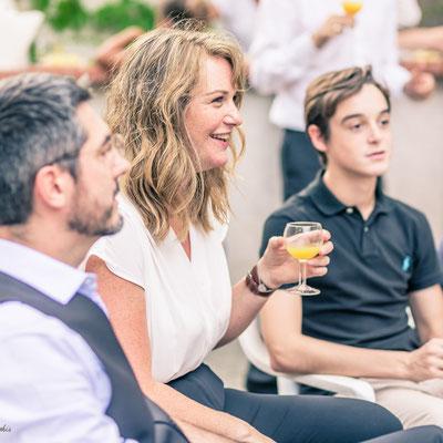 photo cocktail mariage - vin d'honneur - invitée qui rigole