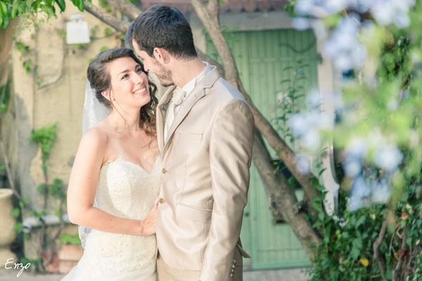 Jeune mariée qui regarde son jeune mari amoureusement