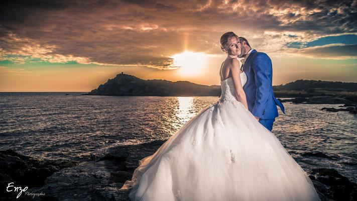 Jeunes mariés au bord de mer au ile du gaou