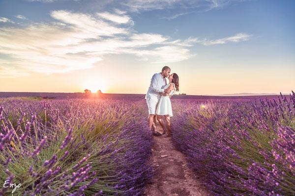 jeune couple au coucher de soleil dans un champs de lavande à valensole