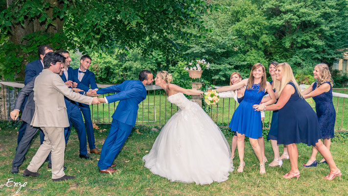 mariés qui essaient de s'embrasser - idées photo mariage - aix en provence