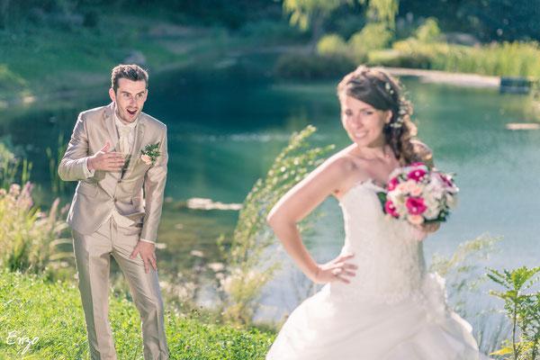 Jeune mariée qui pose comme des mannequins