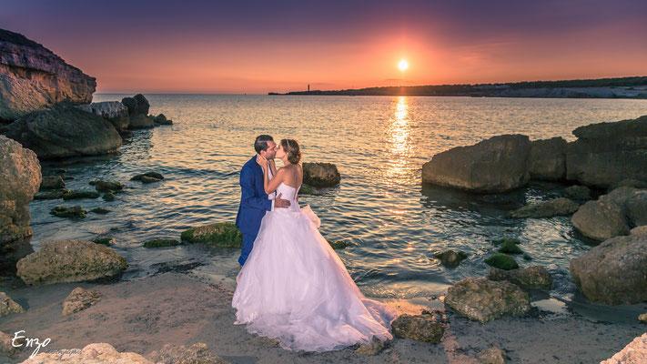 Jeunes mariés au bord de mer à la plage sainte croix