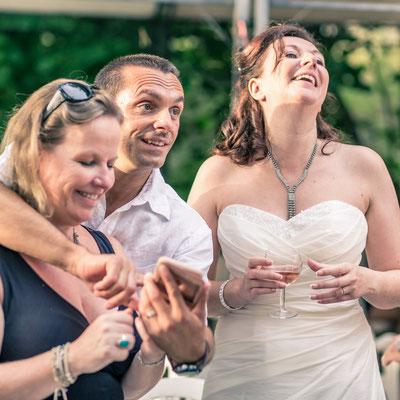 photo cocktail mariage - vin d'honneur - rire mariée