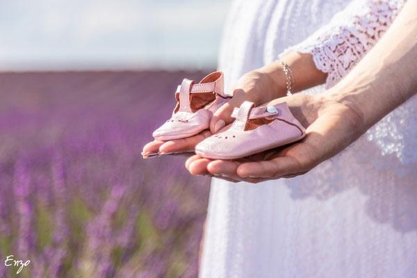 photo de chaussure de bébé pour une séance photo grossesse femme enceinte à valensole dans un champs de lavande